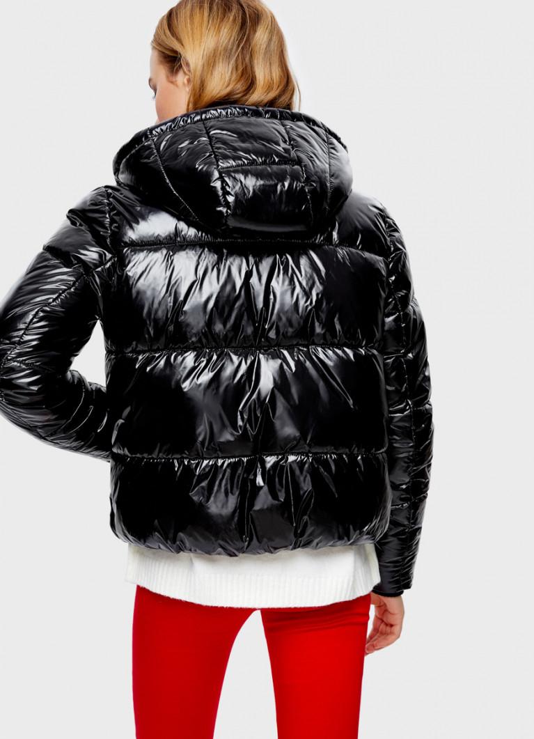 Объёмная лакированная куртка с капюшоном