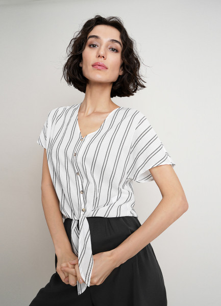 Блузка из структурного полотна