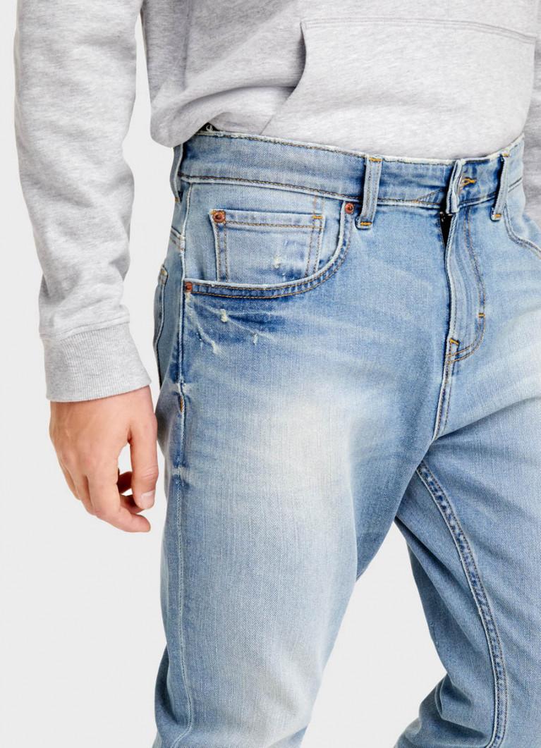 Светло-голубые зауженные джинсы