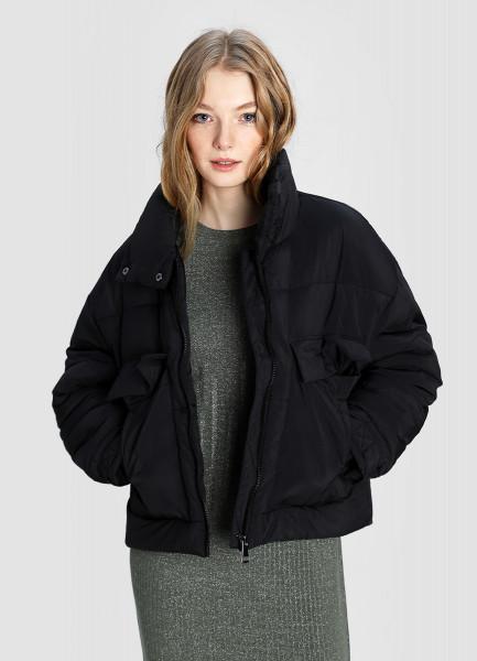 Короткая куртка с большими карманами