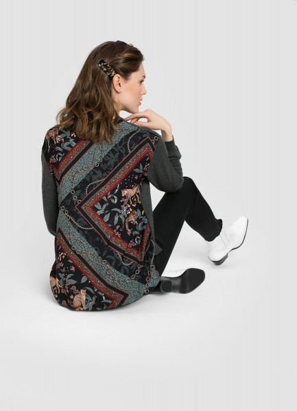 Джемпер с принтованной текстильной вставкой