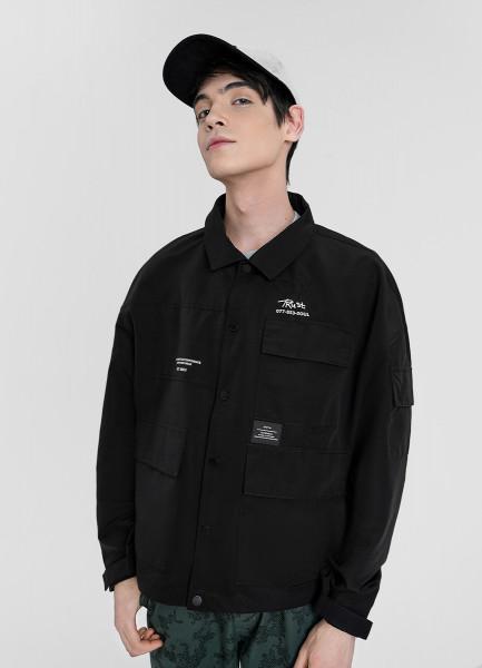 Куртка с контрастными принтами и шевроном