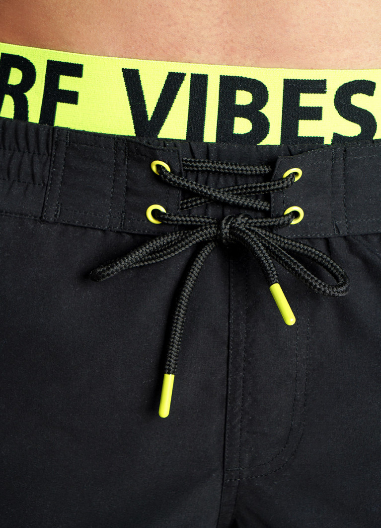 Плавательные шорты с яркой резинкой