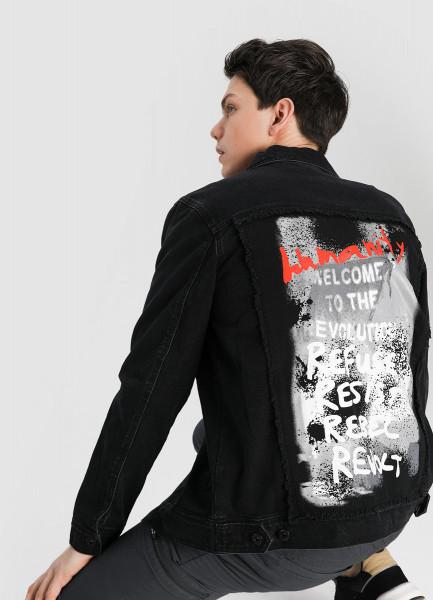Чёрная джинсовая куртка с принтом фото