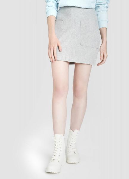Трикотажная юбка с накладными карманами