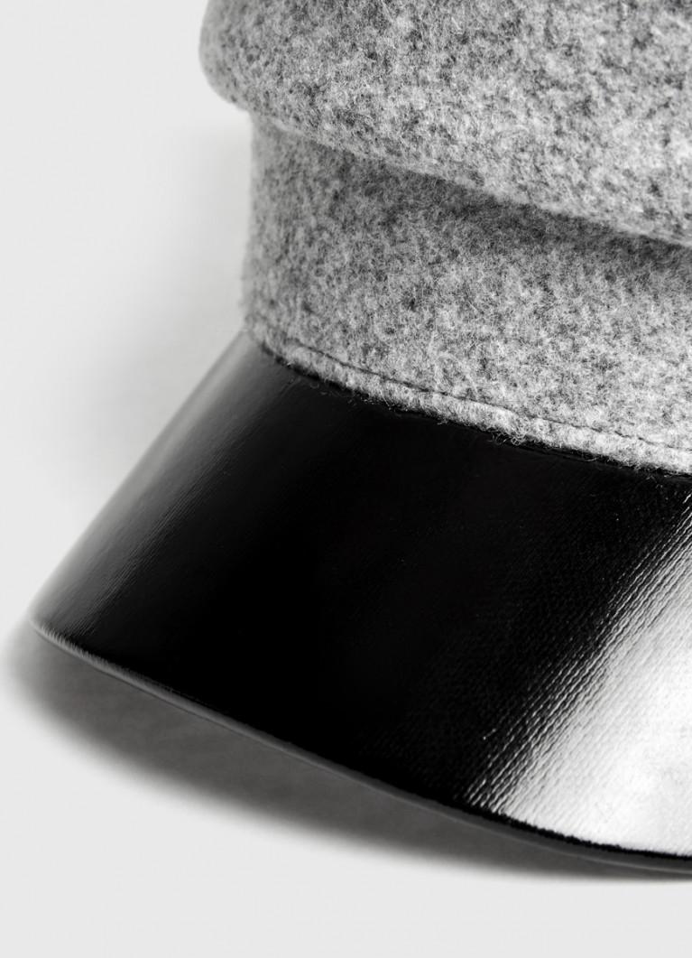 Кепи с козырьком из искусственной кожи