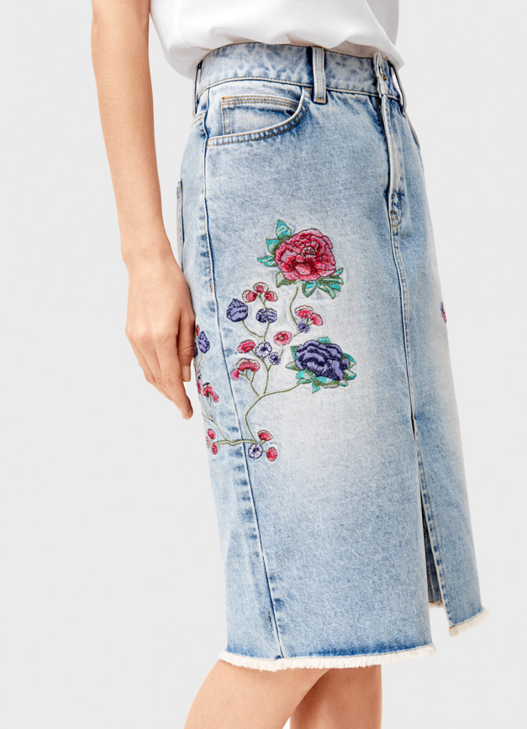 Джинсовая юбка с вышивкой