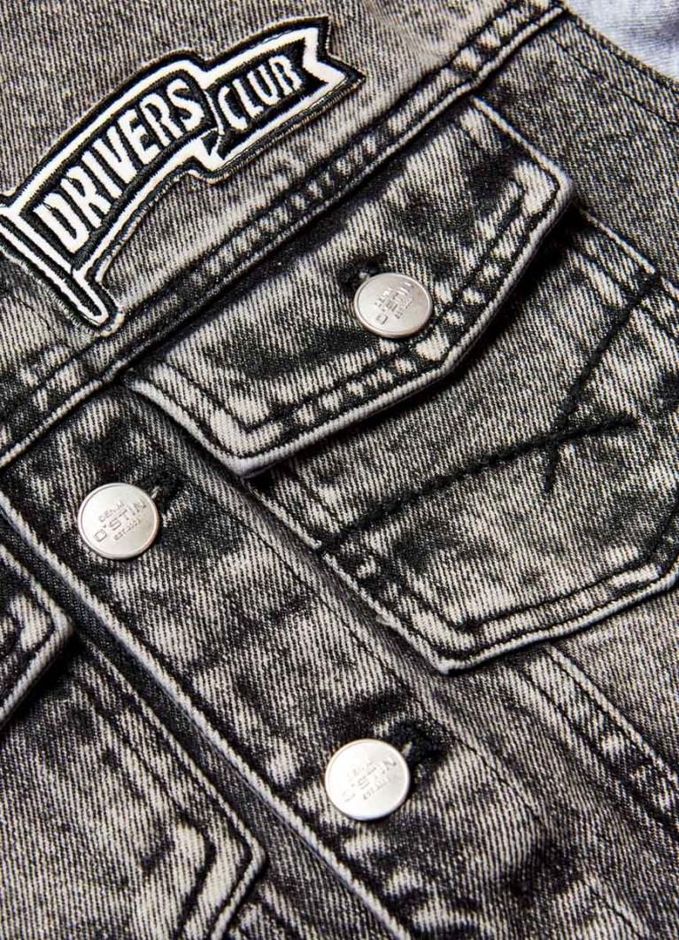 Джинсовая куртка c трикотажными рукавами и капюшоном