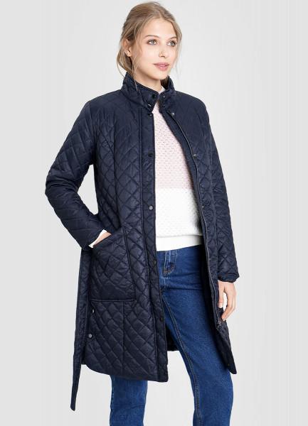 Стеганое утепленное пальто с воротником-стойкой и поясом