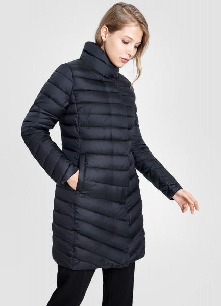 Удлиненная ультралегкая куртка с воротником-стойкой и горизонтальной стежкой
