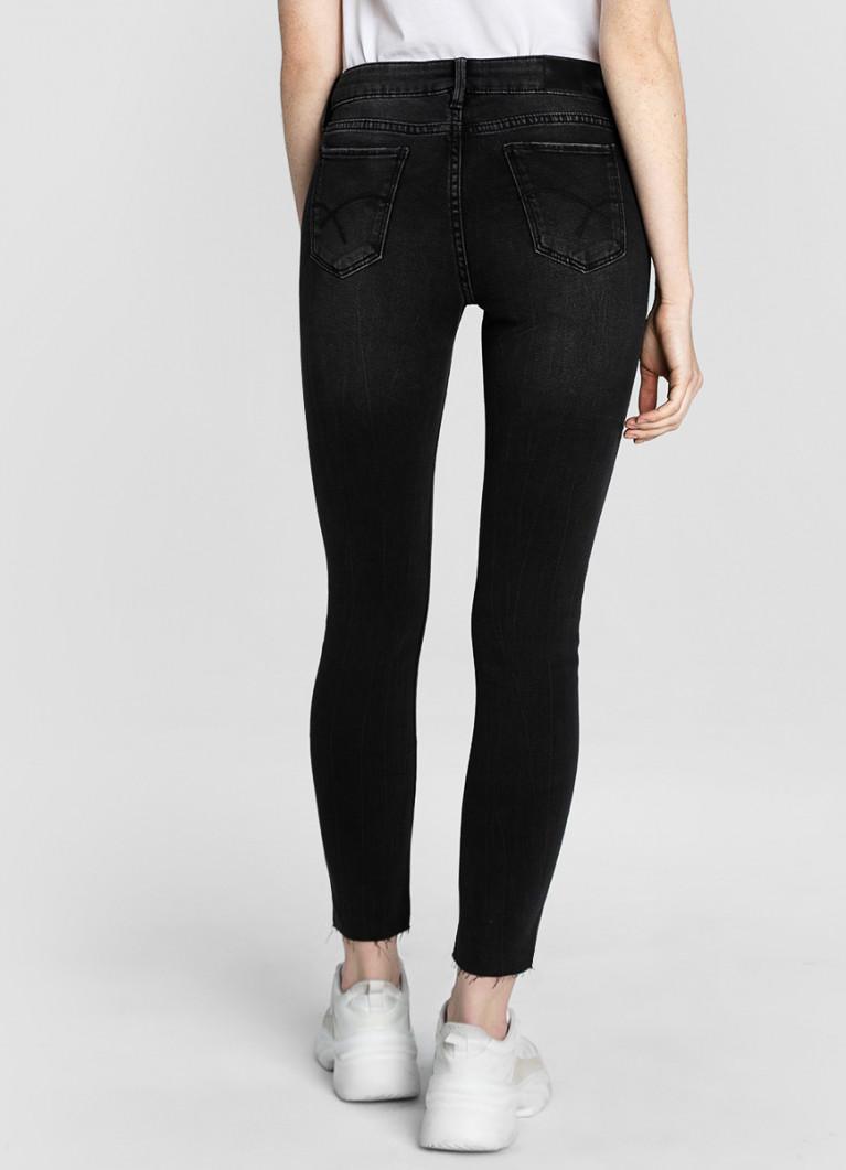 Укороченные суперузкие джинсы