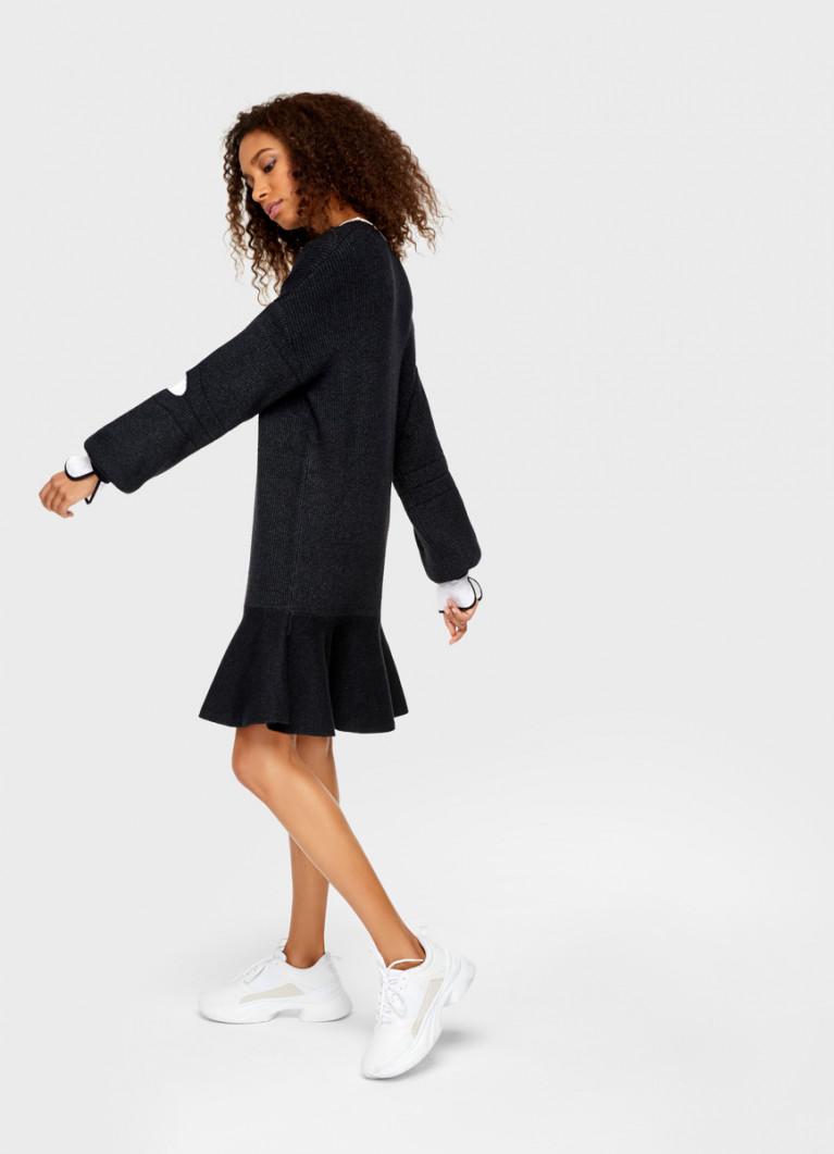 Вязаное платье с воланом