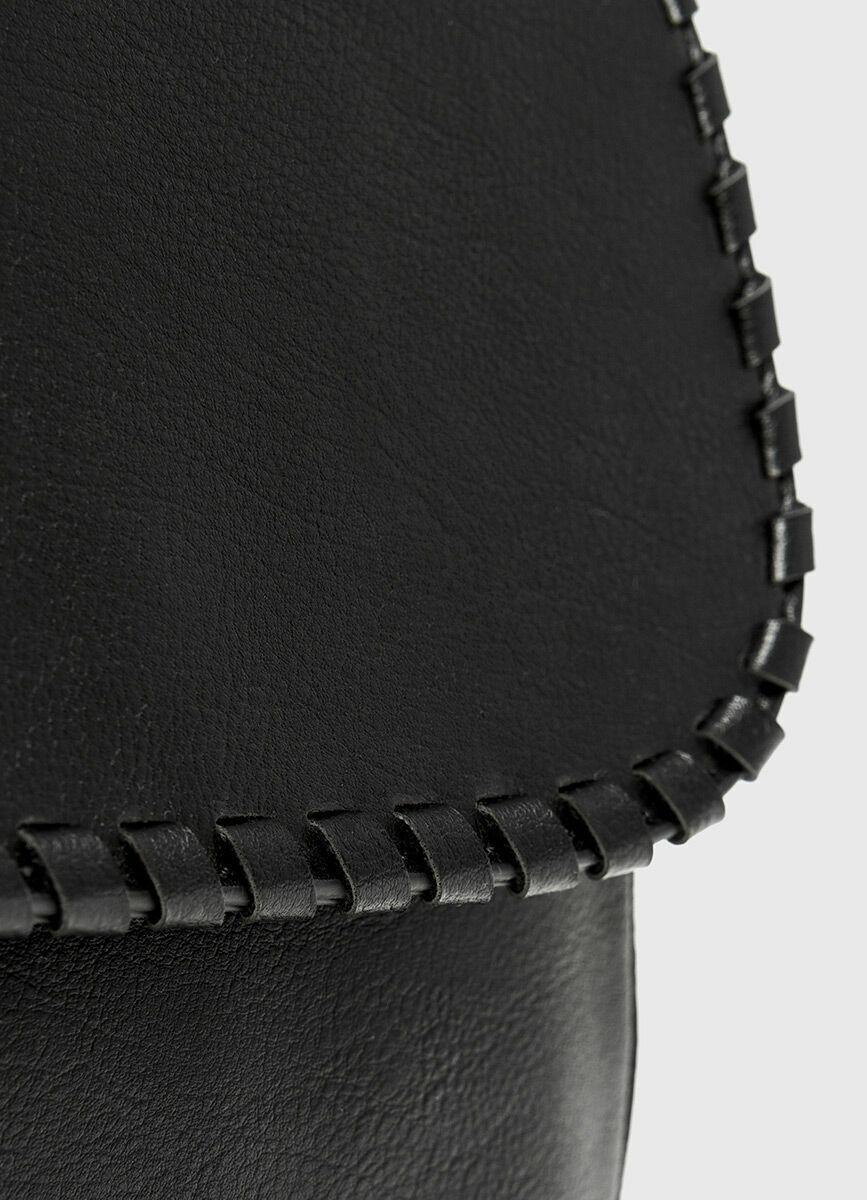 Сумка на плечевом ремне с декоративной кисточкой