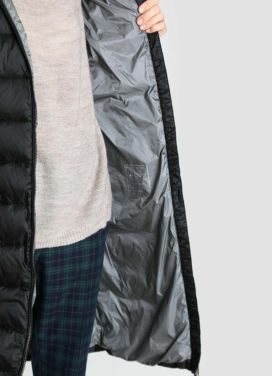 Длинное пуховое пальто с натуральным мехом енота