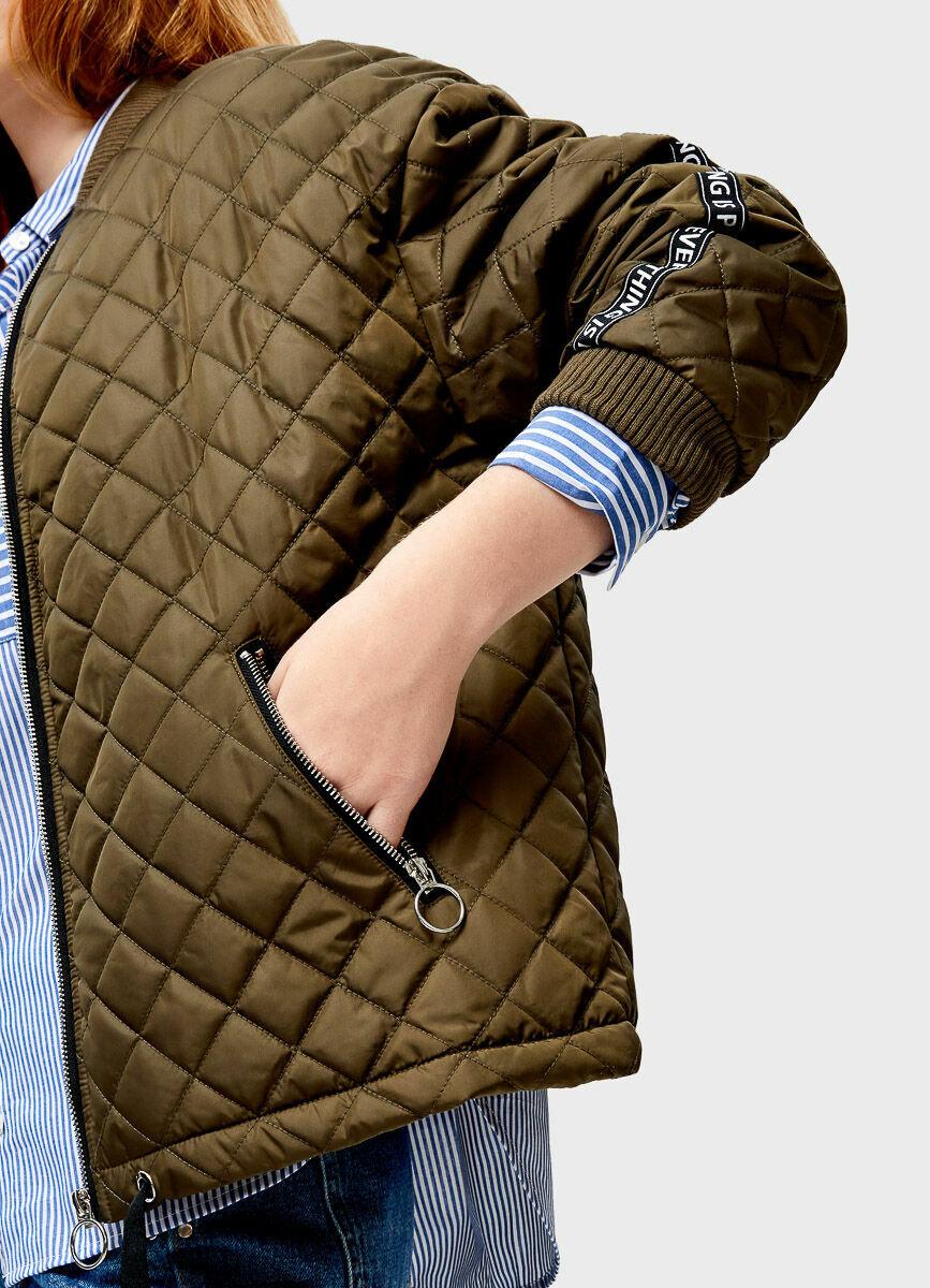 Короткая куртка-бомбер с ромбовидной стёжкой