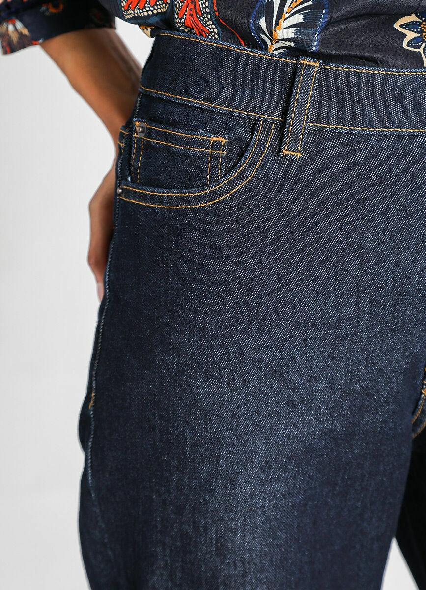 Прямые широкие джинсы с подворотами
