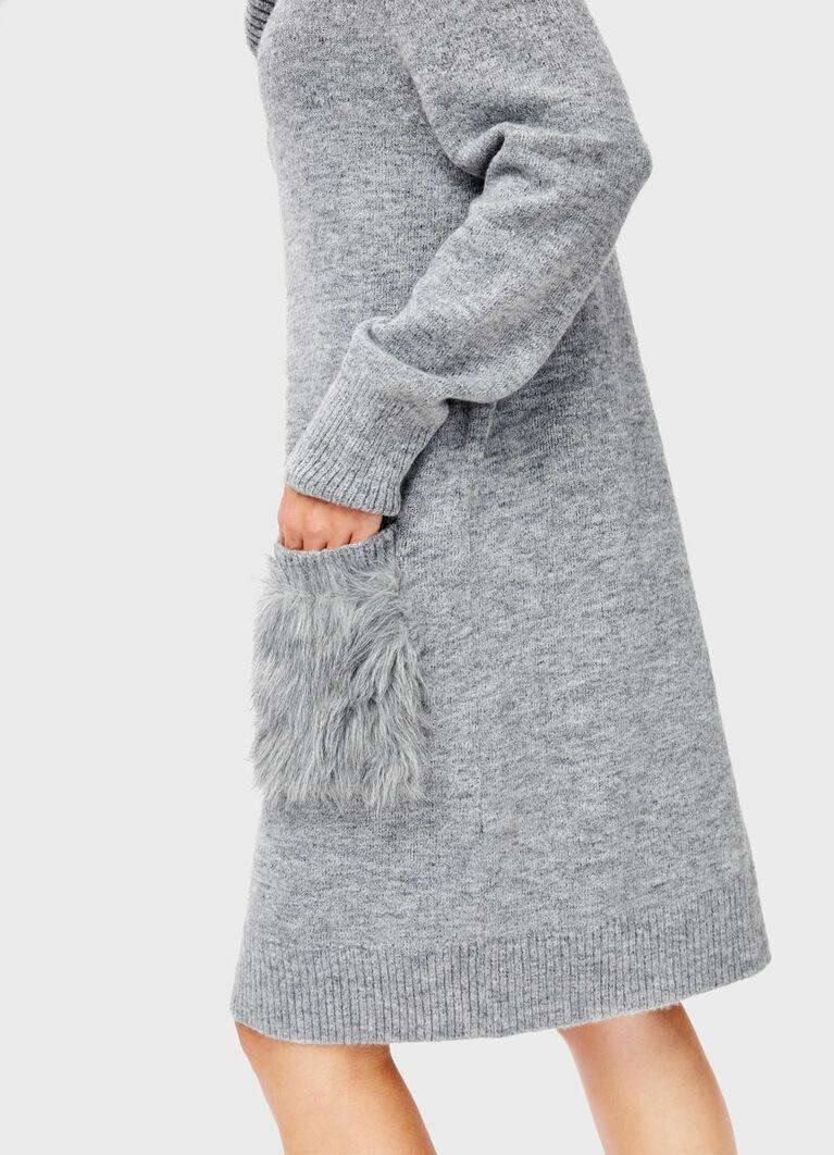 Вязаное платье с карманами из меха