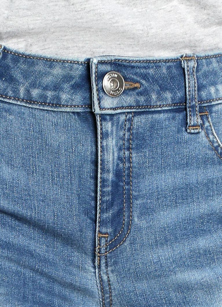 Узкие голубые джинсы